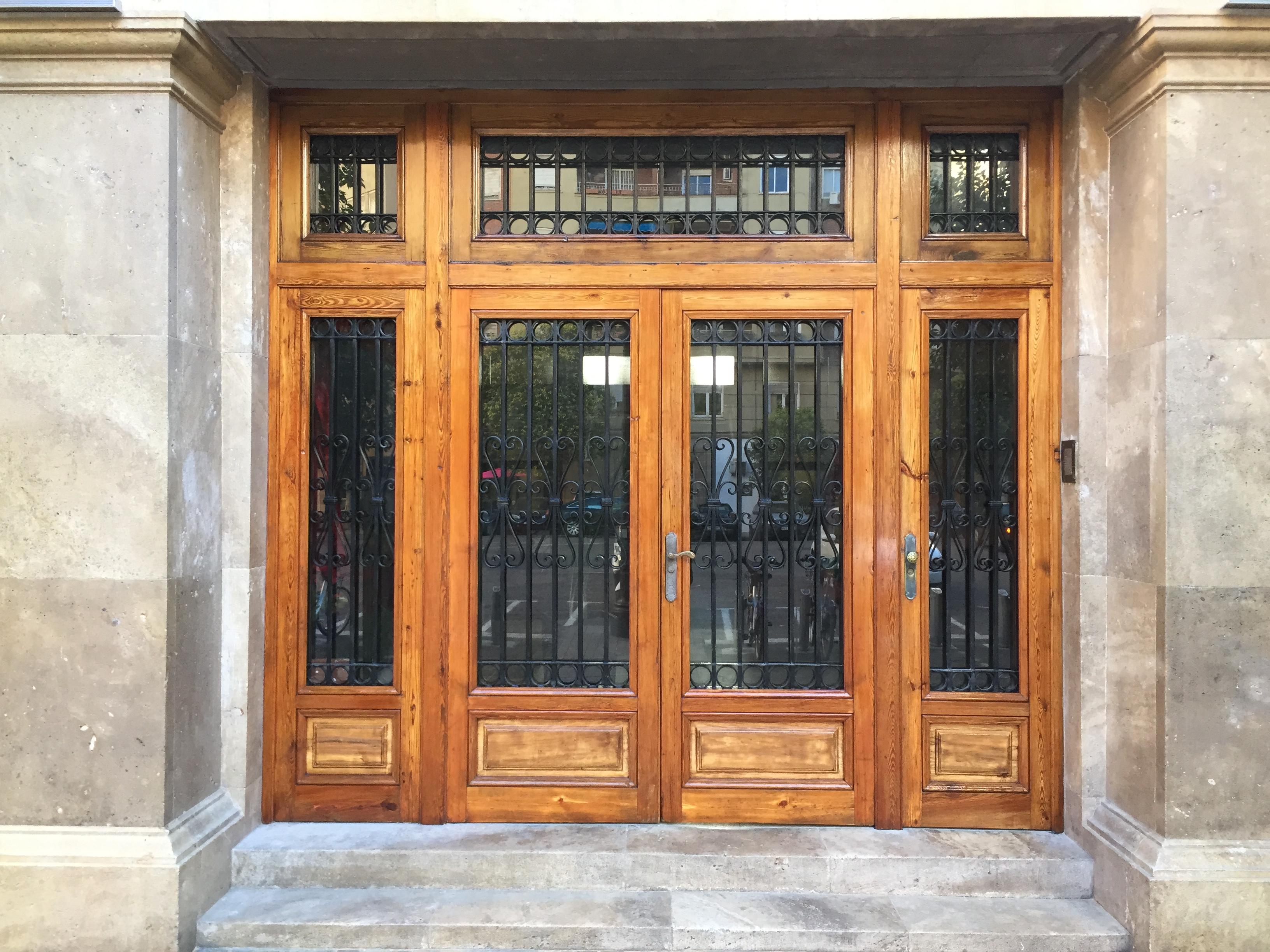 Como barnizar una puerta de madera puerta de madera eos for Como pintar una puerta de madera ya pintada